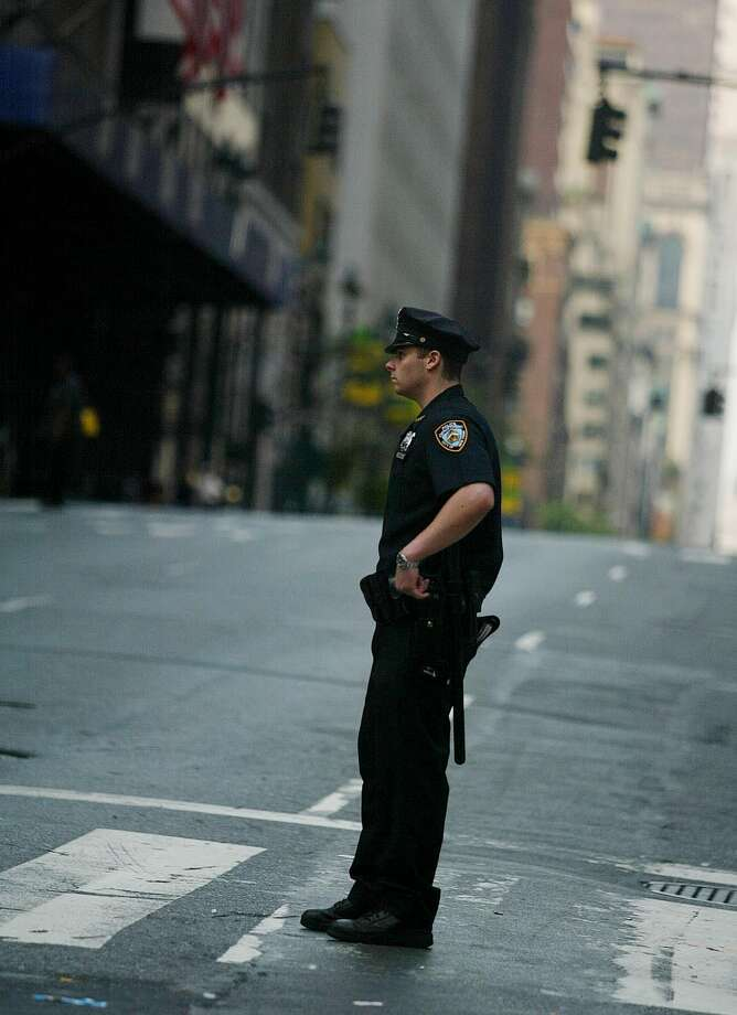 A lone Policeman waits at 42th street and Madison avenue as New York City remains without electricity caused by a blackout that affected the entire city and most of the eastern part of the nation August 15, 2003 in New York, New York. Photo: JOSE JIMENEZ, File / PRIMERA HORA/GETTY IMAGES