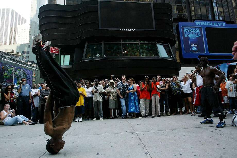 New York residents watch a rap dancer August 15, 2003 in Times Square in New York, New York.  Many people crowded the streets during a blackout that affected the entire city and most of the eastern part of the nation . Photo: JOSE JIMENEZ, File / PRIMERA HORA/GETTY IMAGES
