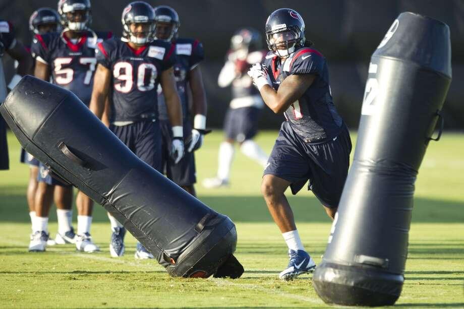 Linebacker Justin Tuggle runs a drill. Photo: Brett Coomer, Chronicle