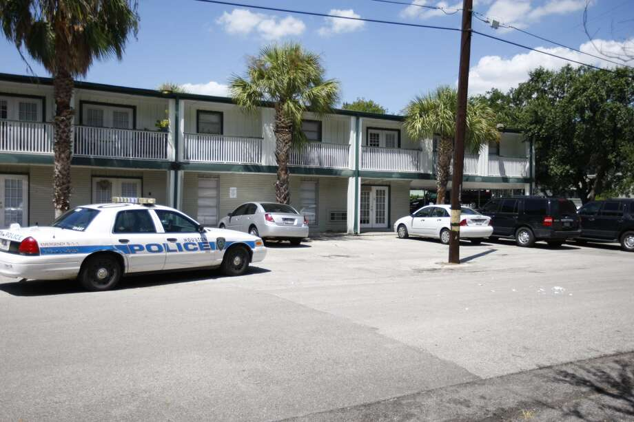 A woman has barricaded herself inside a residence at Emerson Court Apartments in the Montrose area, leading to a standoff with Houston SWAT team members. Photo: Cody Duty, Houston Chronicle