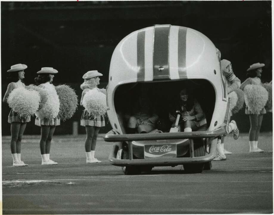 Houston Oilers cheerleaders Joan Jarrety and Lisa Stephens in 1977. Photo: Sam C. Pierson Jr., Houston Chronicle
