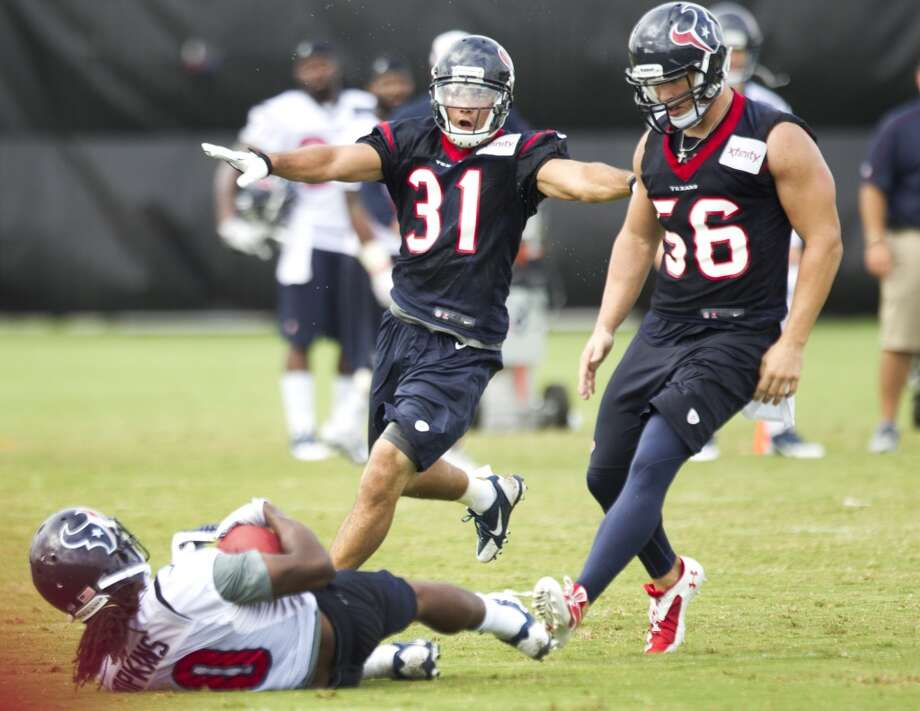 Defensive back Shiloh Keo (31) makes an incomplete gesture as he and inside linebacker Brian Cushing (56) run in to defend against wide receiver DeAndre Hopkins (10). Photo: Brett Coomer, Chronicle