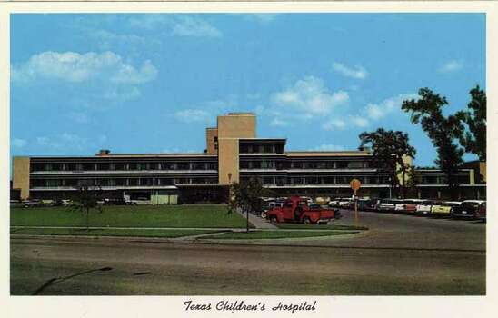 HOUSTON - 1959:  Vintage postcard showing a view of the Texas Children's Hospital and rows of parked cars. (Photo by Lake County Museum/Getty Images) Photo: Curt Teich Postcard Archives, Getty Images / Archive Photos