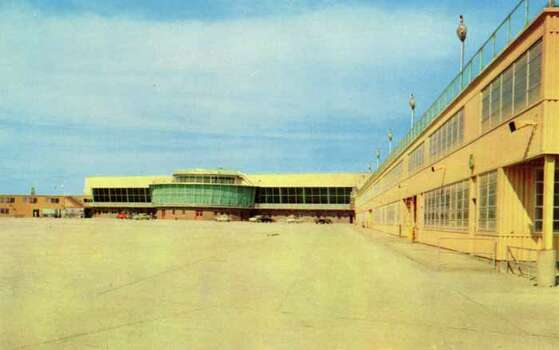 HOUSTON - 1955:  Vintage postcard showing the main building of the new Houston International Airport. (Photo by Lake County Museum/Getty Images) Photo: Curt Teich Postcard Archives, Getty Images / Archive Photos