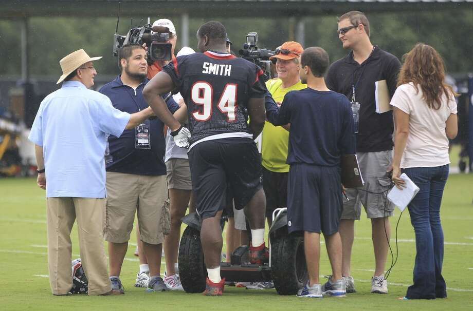 Texans defensive end Antonio Smith is surrounded by reporters after practice. Photo: Karen Warren, Chronicle