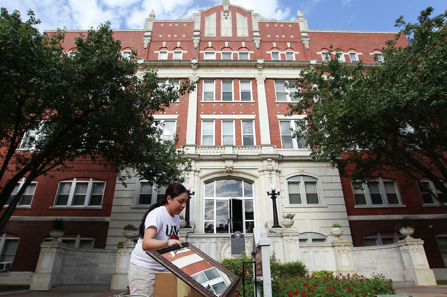 Celina Flores of Orange Grove moves into her dorm at the University of Incarnate Word. Despite having about 114,000 higher education students, the Alamo City is not known as a college town. Photo: Kin Man Hui, San Antonio Express-News / ©2013 San Antonio Express-News