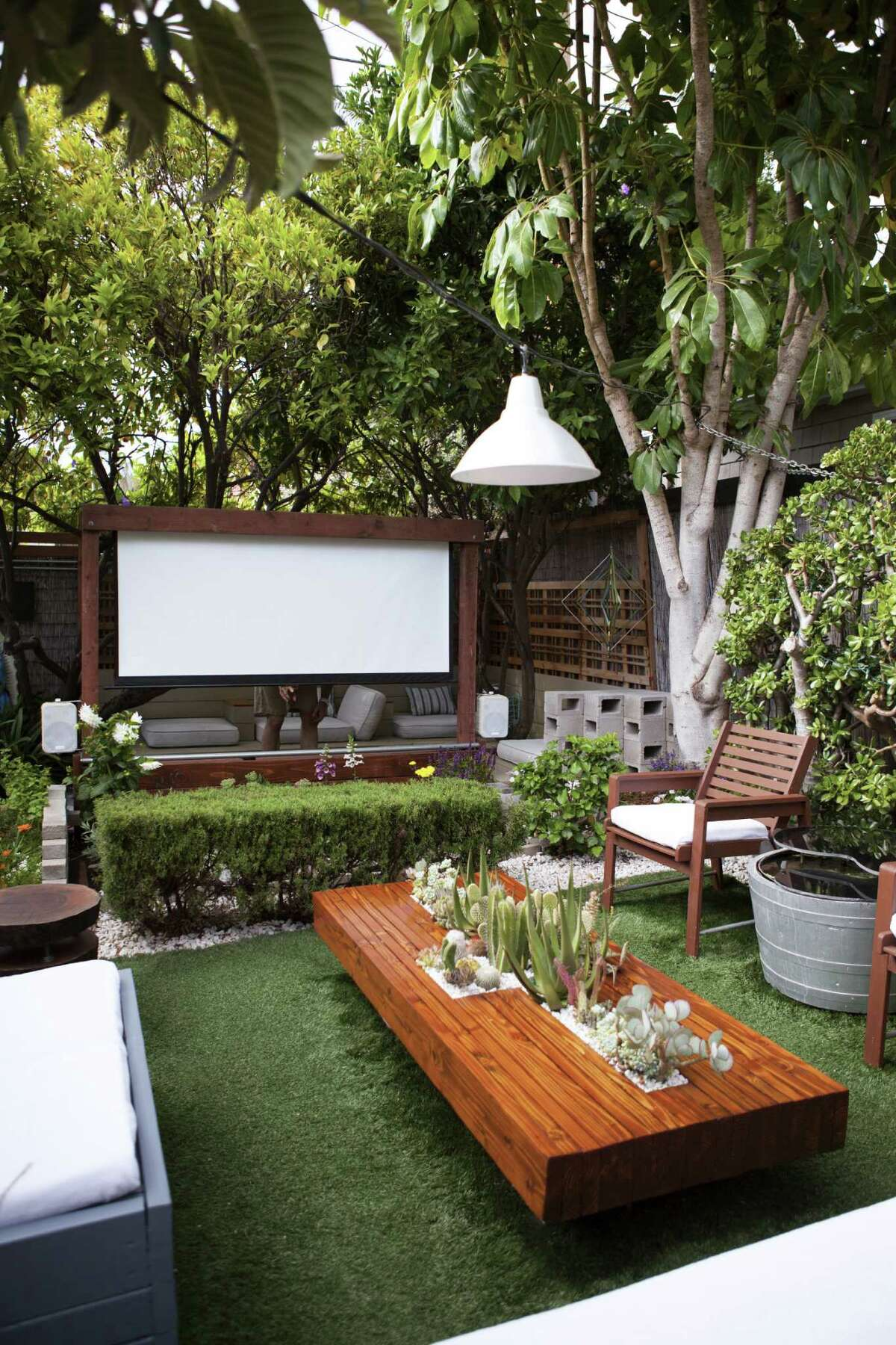 A 91-inch movie screen turns the garden of Gordon and husband Ryan Benoit into a home theater.