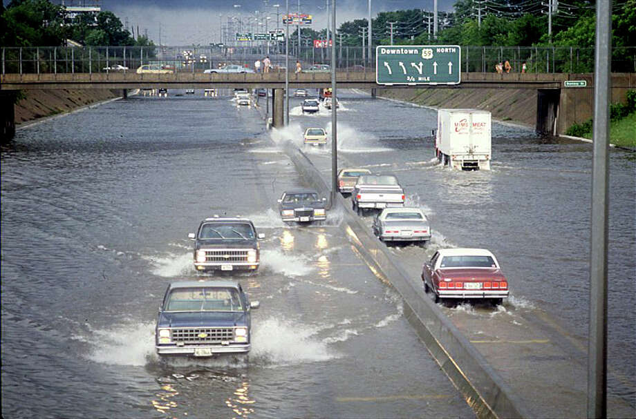 Flooding along the Southwest Freeway. Photo: Houston Post / Houston Post file