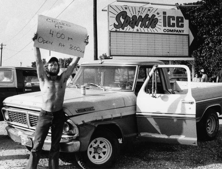 Sparkle Ice employee Donald Foster holds up a sign to inform customers of closure due to ice shortage, August 20, 1983. Photo: Lilly Chu, Houston Post