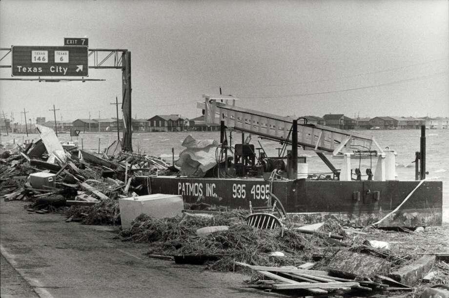Debris along I-45 (Gulf Freeway). Photo: Steve Ueckert, Houston Chronicle