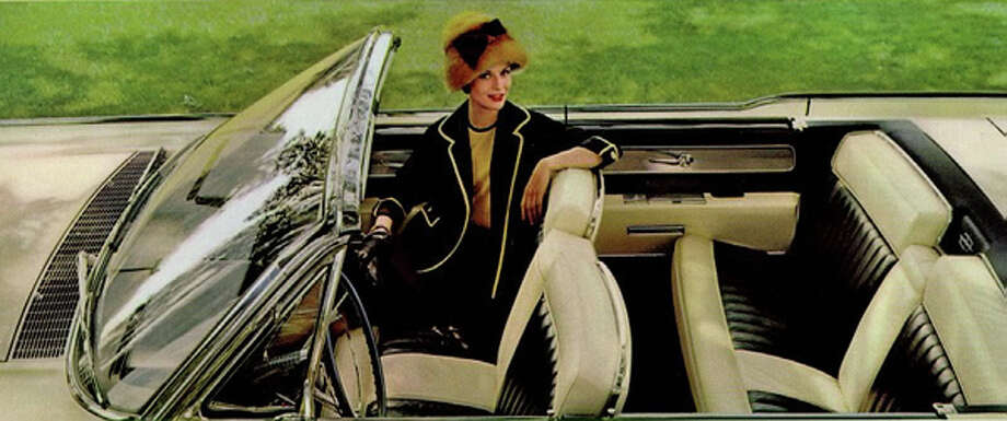 Two body styles were offered – four door sedan and convertible.  Lincoln thus became the first manufacturer to produce a four portal ragtop in ten years (and the last since).  The car's complex, convertible top mechanism was related to that used in Ford's retractable hardtop cars of the late 50's.  But, while the elaborate apparatus gave some 50's Skyliner owners heartburn, it's likely that few Lincoln owners lost any sleep over their cars.