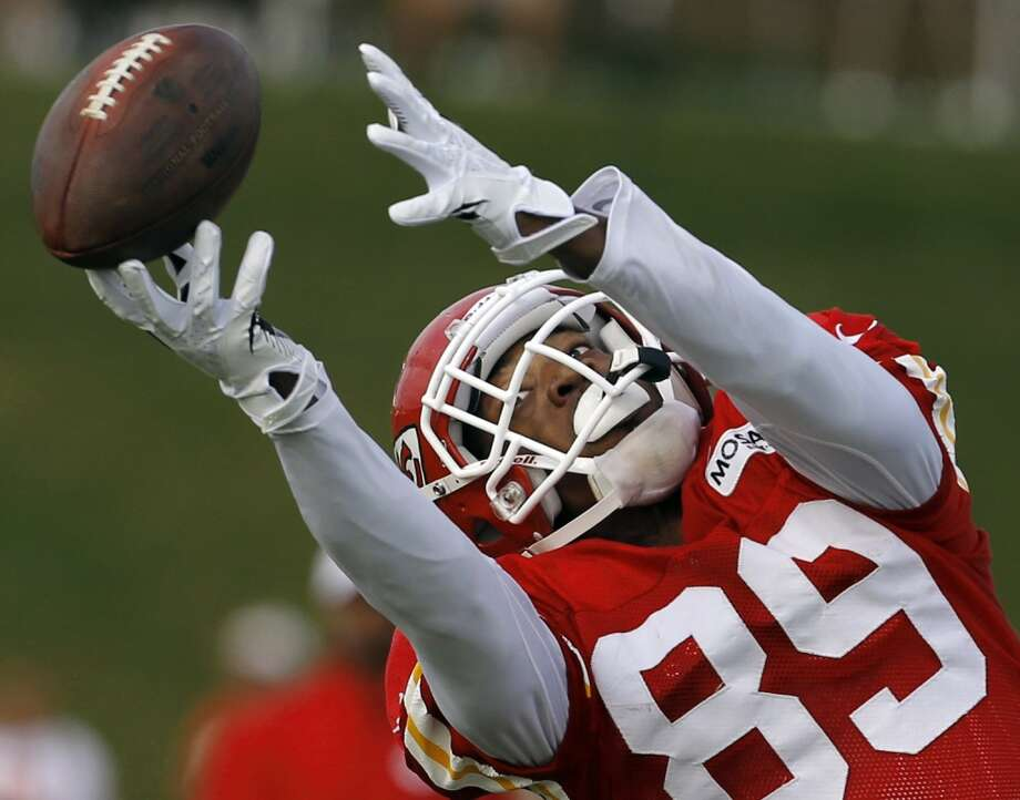 Kansas City Chiefs wide receiver Jon Baldwin (89) dives to catch the ball during NFL football training camp in St. Joseph, Mo., Tuesday, Aug. 13, 2013. Photo: Orlin Wagner, Associated Press