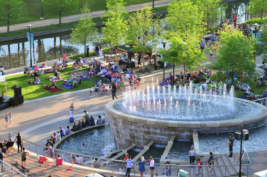 Waterway Square in The Woodlands comes alive with free music this fall. Photo: Courtesy Of The Woodlands Convention And Visitors Bureau