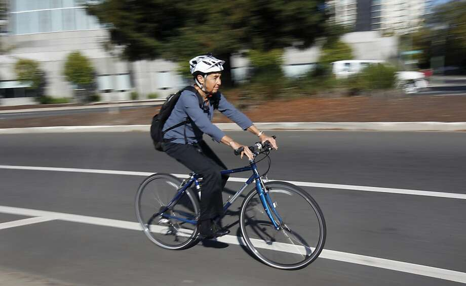 Dr. Linda Rudolph commutes via bicycle on Harrison Street in Oakland to the Public Health Institute. Photo: Paul Chinn, The Chronicle