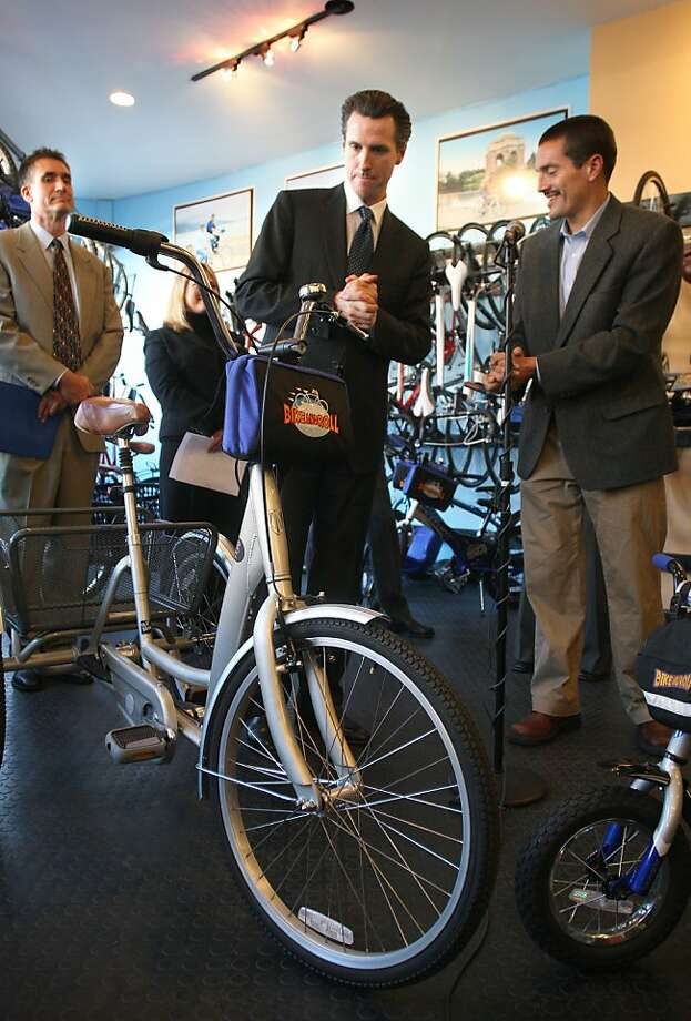 Wade Crowfoot (right) accompanied Mayor Gavin Newsom (center) to a 2008 bike-sharing promotion. Photo: Michael Macor, The Chronicle