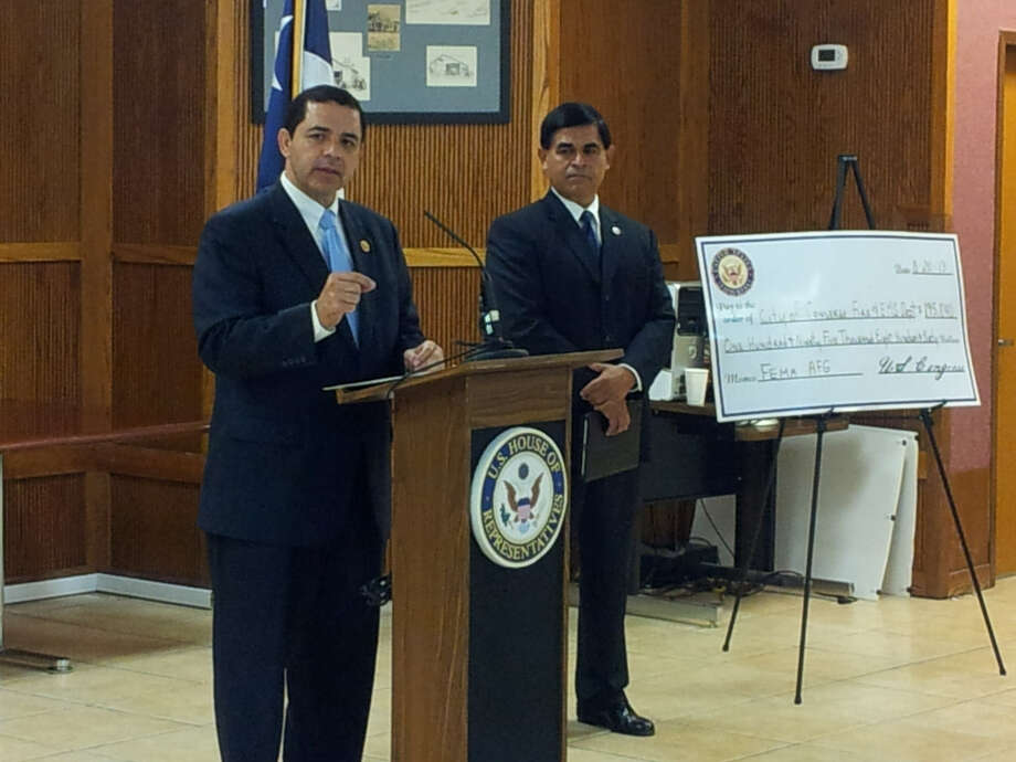 U.S. Rep. Henry Cuellar talks to a group of Converse residents Tuesday, including Mayor Al Suarez (right) about the city's $195,000 grant. Photo: Jeff B. Flinn / NE Herald