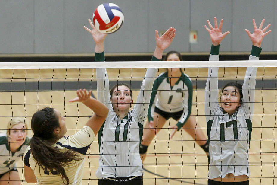 Reagan's Isabell DeLaRosa (17) and Ashlie Reasor (11) go up to block a shot by O'Connor's Brianna Sotello during the No. 4 Rattlers' three-set victory Tuesday night at Littleton Gym. Photo: Marvin Pfeiffer / San Antonio Express-News