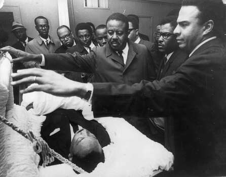 American civil rights leader Rev. Martin Luther King Jr. lying in state in Memphis, Tennessee, as his colleagues pay their respects to him (right to left); Andrew Young, Bernard Lee and Reverend Ralph Abernathy. Photo: Keystone, Getty Images / Hulton Archive