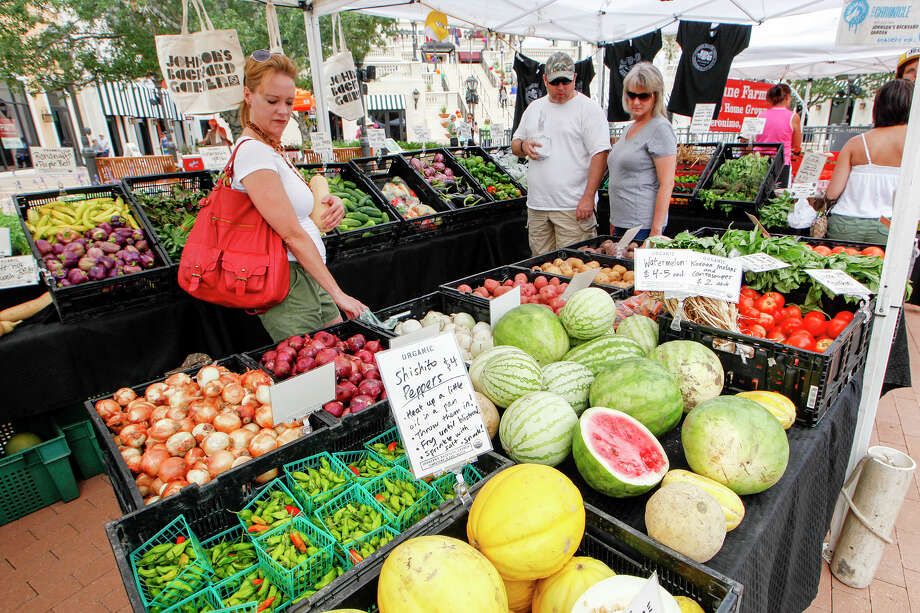 "Meredith Keller (from left) and Kevin and Shirley Satterfield shop for produce at the Johnson's Backyard Garden booth during ""Ripe: A Spirited Market at Éilan.""  Photo: MARVIN PFEIFFER, Marvin Pfeiffer/ Express-News / Express-News 2013"