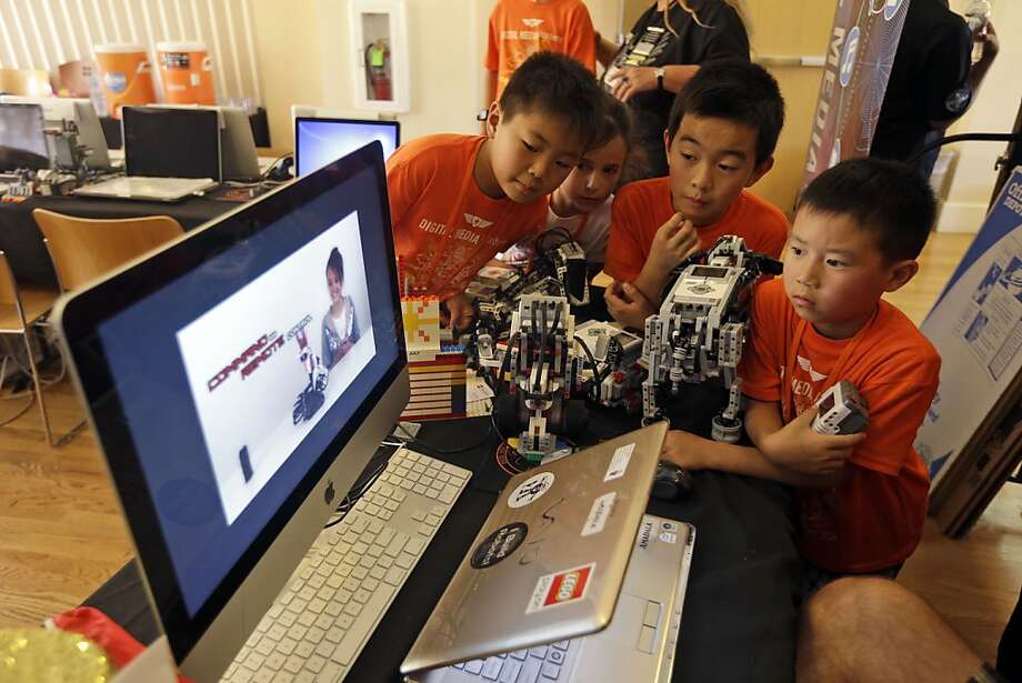 Children look at a presentation on how to assemble Lego parts during a Digital Media Academy workshop in Stanford on Aug. 14. Photo: Marcio Jose Sanchez, Associated Press