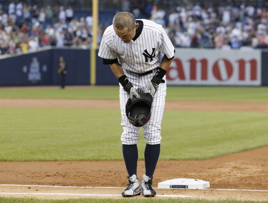 Ichiro Suzuki bows to the crowd Wednesday after connecting for his 4,000th career hit in Japan and the major leagues -- a single in the first inning against the Toronto Blue Jays at Yankee Stadium. Photo: Kathy Willens, Associated Press