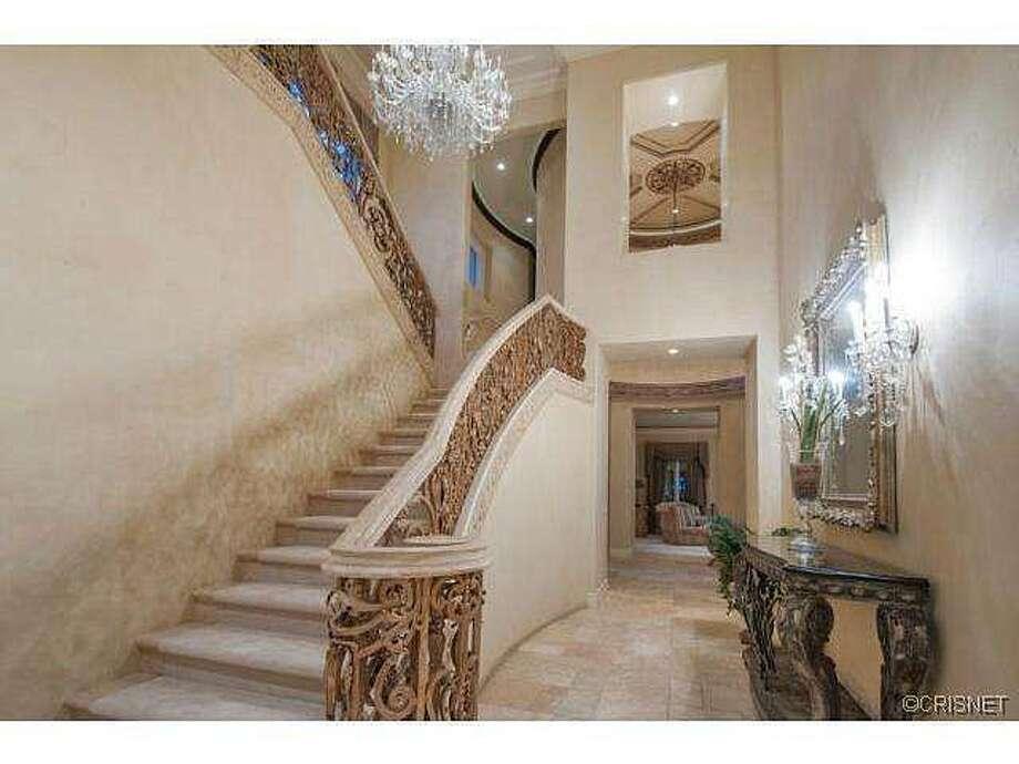 Dramatic (?) stairway. Photos via Jordan Cohen/Re/Max