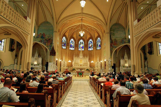 FOR METRO - People attend a Mass of Thanksgiving, sponsored by the Congregation of Divine Providence Saturday June 21, 2008 at the Sacred Heart Conventual Chapel, for emergency personnel, the media, volunteers and community for their service during the fire at Our Lady of the Lake University May 6, 2008. (PHOTO BY EDWARD A. ORNELAS/eornelas@express-news.net) Photo: EDWARD A. ORNELAS, San Antonio Express-News / eornelas@express-news.net