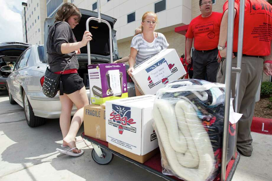 U of H freshmen Hannah Patterson, left ,and Sister Kristy Parson unpack  during move in day at Cougar Village II on Thursday, Aug. 22, 2013, in Houston. Photo: J. Patric Schneider, For The Chronicle / © 2013 Houston Chronicle