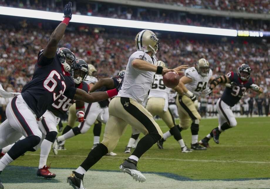 Texans linebacker Willie Jefferson pressures Saints quarterback Drew Brees. Photo: Brett Coomer, Houston Chronicle