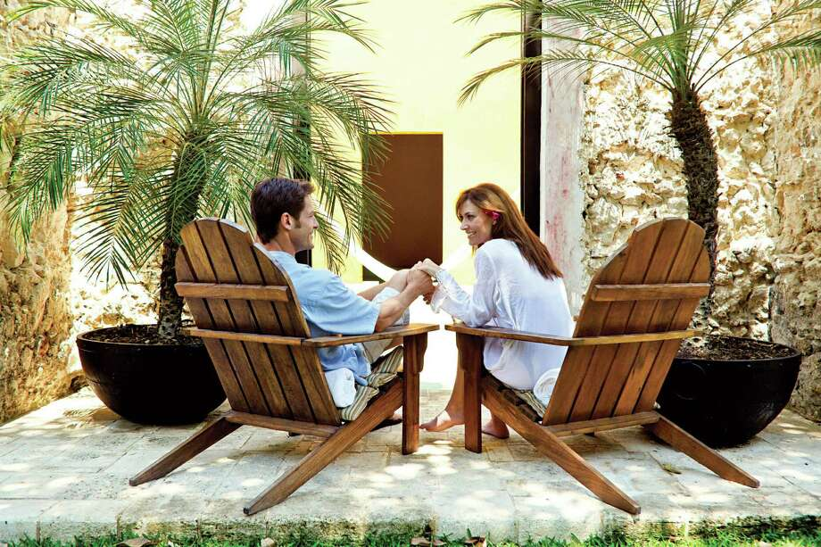 Mexico, Couple relaxing in chairs at resort Photo: Pam McLean;used In HealthyLife Magazine Sept 2013, Pam McLean/Getty Images / Getty Images