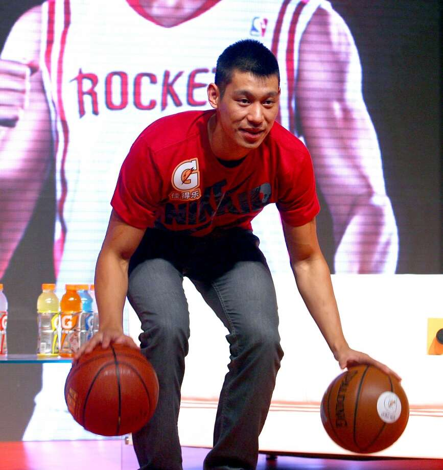 Jeremy Lin meets fans at Yuexing Global Harbor on Thursday in Shanghai, China. Photo: ChinaFotoPress Via Getty Images
