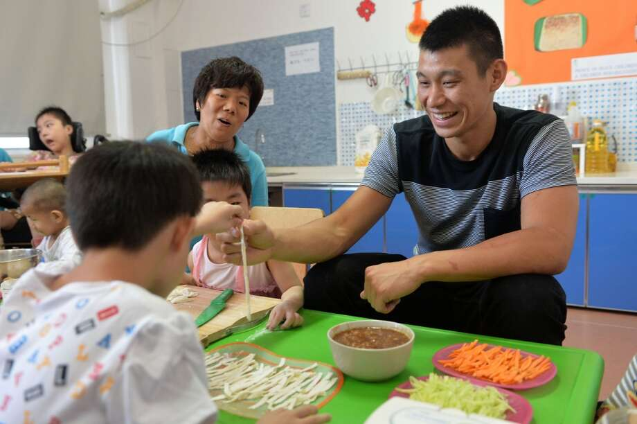 Jeremy Lin makes noodles with children Photo: Getty Images