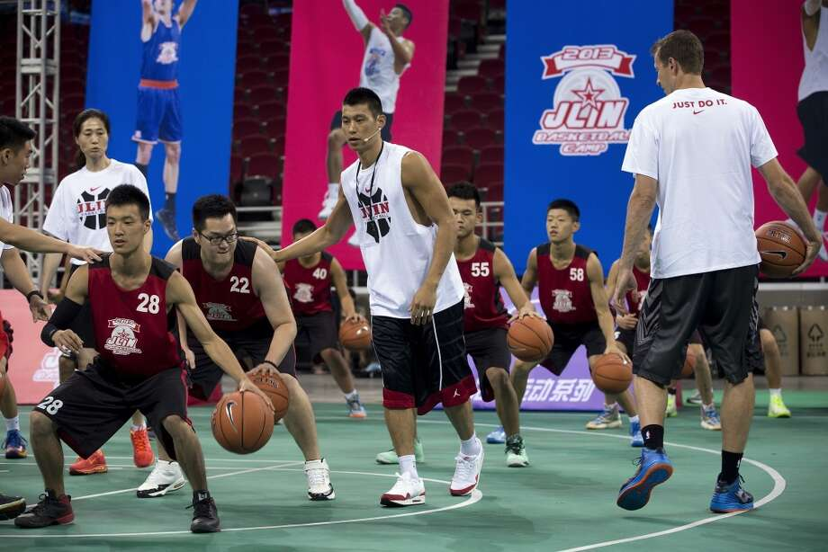 Jeremy Lin works with campers. Photo: Andy Wong, Associated Press