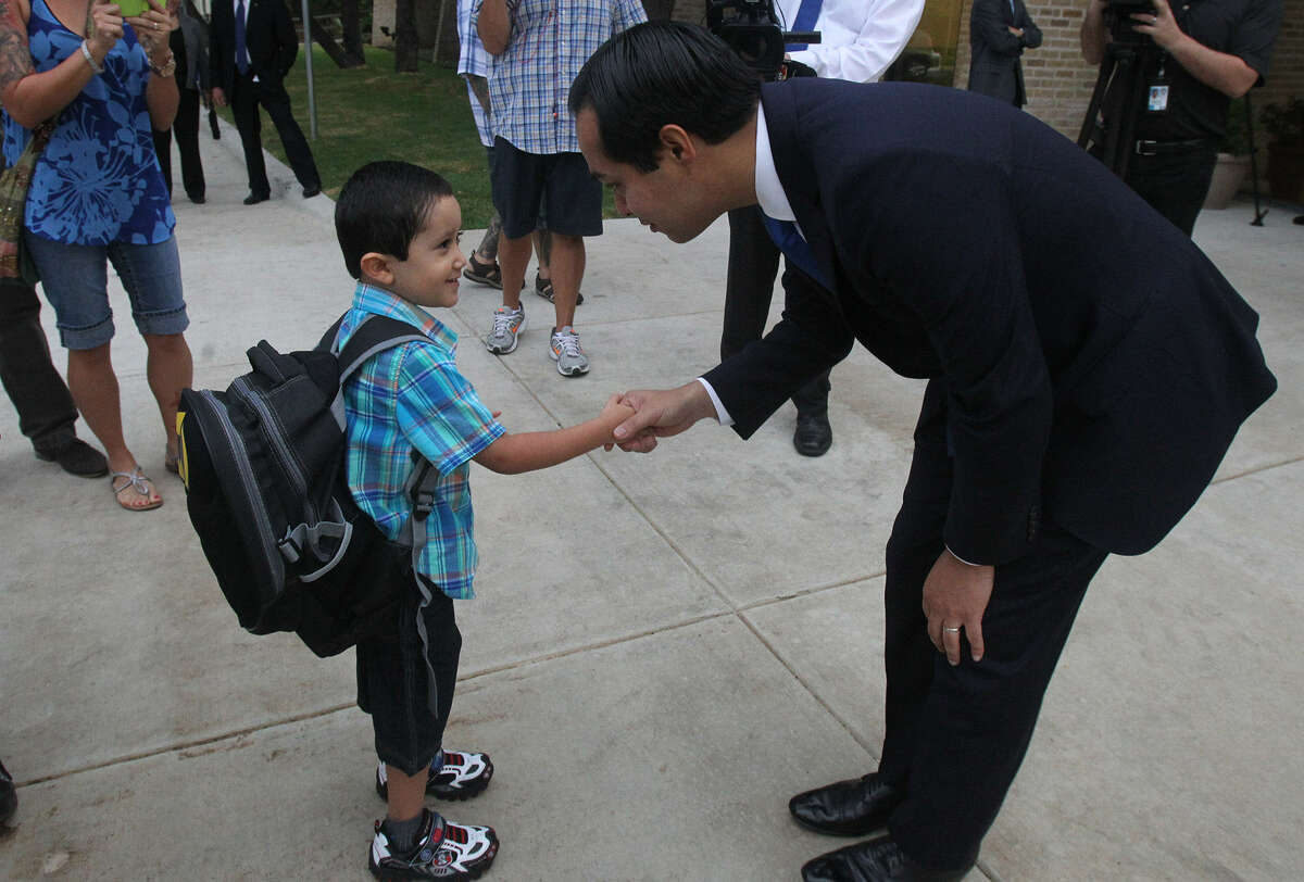 Mayor Julián Castro greets Ricky Rendon, 4, at the Pre-K 4 SA center on the first day of school.