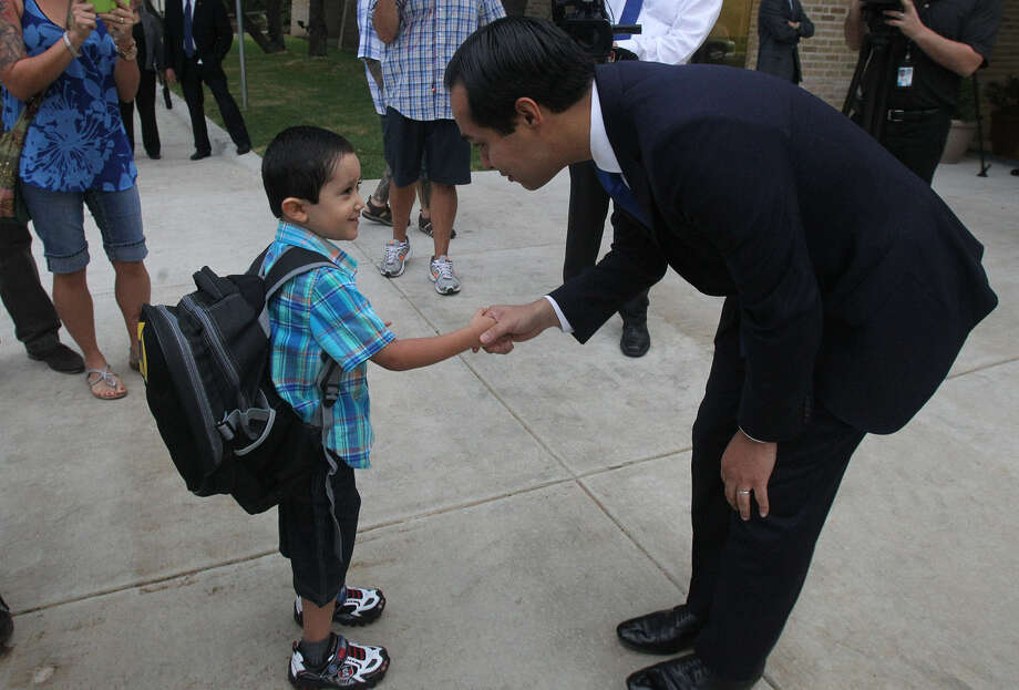Mayor Julián Castro greets Ricky Rendon, 4, at the Pre-K 4 SA center on the first day of school. Photo: John Davenport, San Antonio Express-News