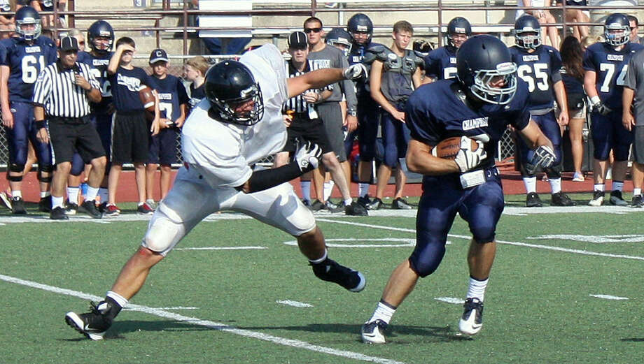 27-4A: Boerne Champion's Alex Flores (right) moves from defensive back to quarterback this season. Photo: Mike Reeder / For The Northwest Weekly