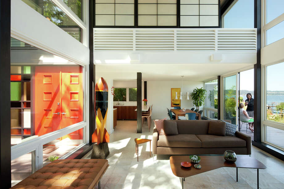 "The renovation aimed to ""connect the home's interior to the waterfront and emphasize the transparency and modularity of the original design."" Photo: Lara Swimmer / (c) Lara Swimmer ALL RIGHTS RESERVED"