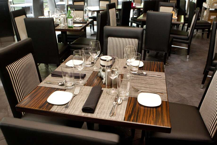A table set up at Morton's Grille in the Woodlands. Photo: Johnny Hanson, Houston Chronicle