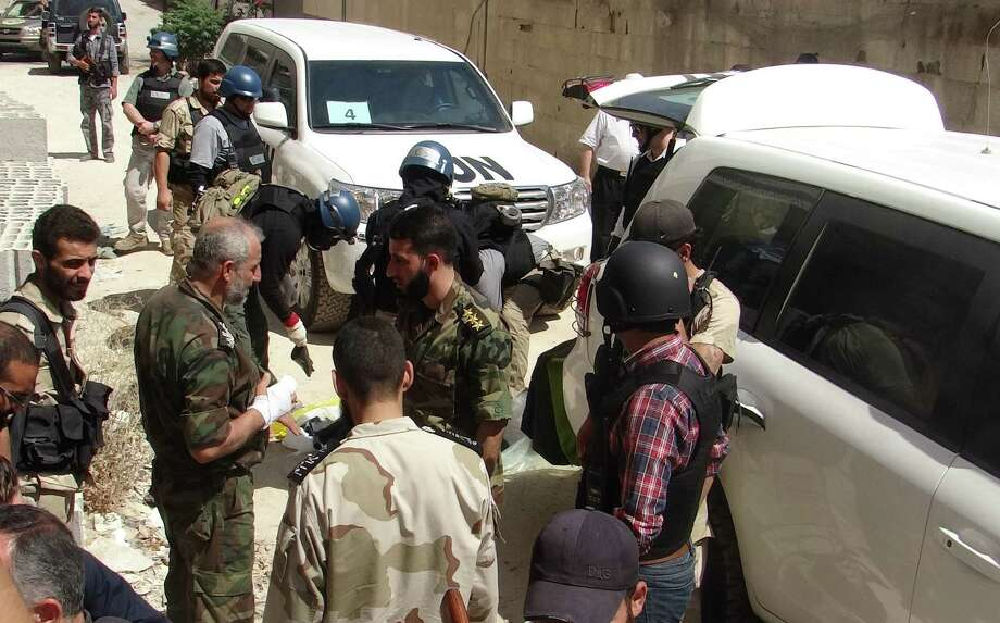Opposition fighters and U.N. arms experts are seen in Damascus' eastern Ghouta suburb as U.N. officials conduct an investigation into a suspected chemical weapons strike near the capital. Photo: Ammar Al-Arbini / Getty Images