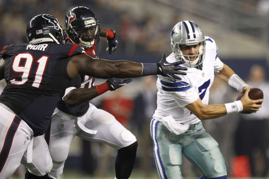 Texans nose tackle Daniel Muir and linebacker Willie Jefferson chase Cowboys quarterback Alex Tanney. Photo: Brett Coomer, Houston Chronicle