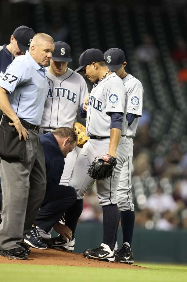 Mariners starting pitcher Erasmo Ramirez gets checked out after being hit by a come-backer by Robbie Grossman. Photo: Karen Warren, Houston Chronicle