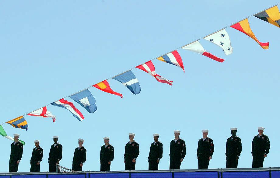 Crew members of the USS San Antonio stand at ship's edge after boarding during the commissioning ceremony at Naval Station Ingleside on Jan. 14, 2006.  Photo: MIKE KANE, SAN ANTONIO EXPRESS-NEWS / SAN ANTONIO EXPRESS-NEWS