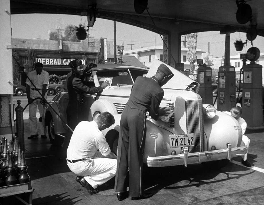 Gas station attendants, 1938 Photo: Peter Stackpole, Time Life / Time Life Pictures