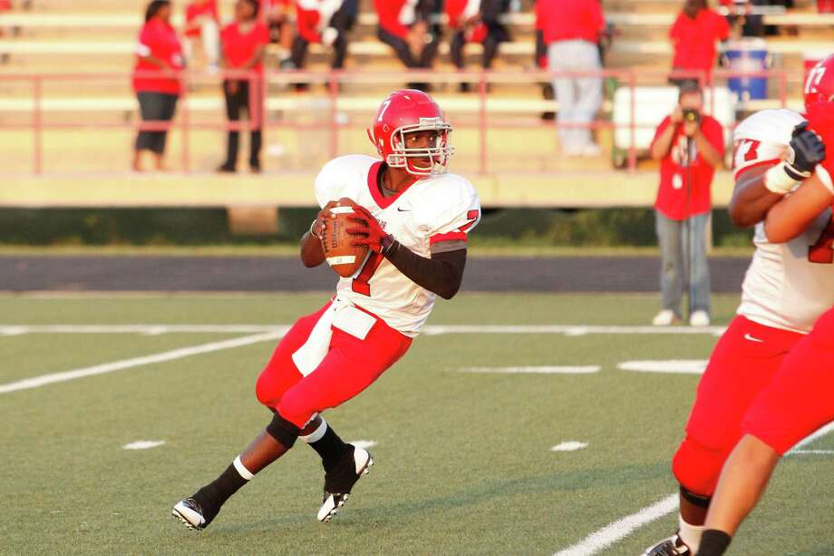 Alief-Taylor quarterback Remi Olonade (7) looks for an open receiver during the first quarter of a high school football game at Butler Stadium on Friday, Aug. 30, 2013, in Houston, Texas. Photo: Andrew Richardson, For The Chronicle / © 2013 Andrew Richardson