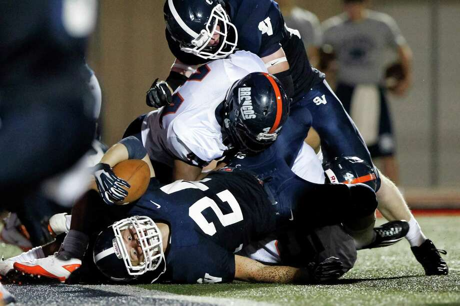 Smithson Valley's Cord Given gets the ball across the goal line for a one-yard touchdown during the second quarter of their game at Ranger Stadium on Friday, Aug. 30, 2013.  Smithson Valley won the game 31-12.  MARVIN PFEIFFER/ mpfeiffer@express-news.net Photo: MARVIN PFEIFFER, Marvin Pfeiffer/ Express-News / Express-News 2013
