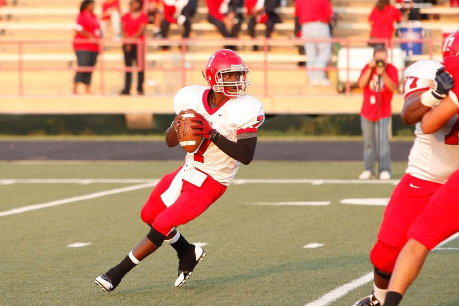 Alief-Taylor 22, Bellaire 9  Alief-Taylor quarterback Remi Olonade (7) looks for an open receiver during the first quarter of a high school football game at Butler Stadium on Friday, Aug. 30, 2013, in Houston, Texas.  ( Andrew Richardson / For the Chronicle ) Photo: Andrew Richardson, For The Chronicle