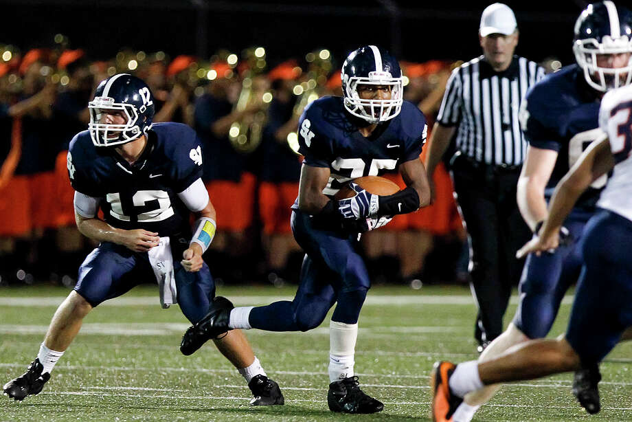 Smithson Valley running back Cameron Jones (center) looks for running room after taking the hand off from Garrett Smith during the second quarter of their game with Brandeis at Ranger Stadium on Friday, Aug. 30, 2013.  Smithson Valley won the game 31-12.  MARVIN PFEIFFER/ mpfeiffer@express-news.net Photo: MARVIN PFEIFFER, Marvin Pfeiffer/ Express-News / Express-News 2013