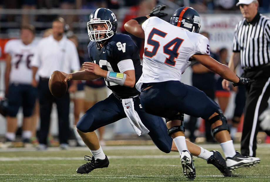 Smithson Valley quarterback tries to elude Brandeis' Caleb Worfe during the first half of their game at Ranger Stadium on Friday, Aug. 30, 2013.  MARVIN PFEIFFER/ mpfeiffer@express-news.net Photo: MARVIN PFEIFFER, Marvin Pfeiffer/ Express-News / Express-News 2013