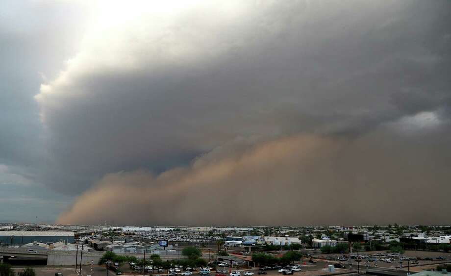 A dust storm moves through Phoenix on Monday, Aug. 26, 2013. Photo: AP