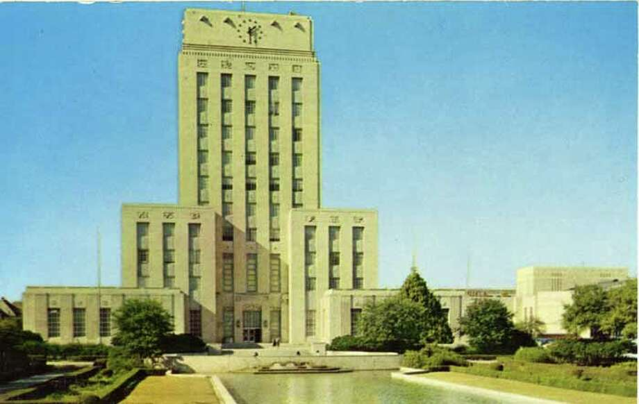 HOUSTON - 1955:  Vintage postcard showing the City Hall in Houston, along with a portion of the reflecting pool. (Photo by Lake County Museum/Getty Images) Photo: Curt Teich Postcard Archives, Getty Images / Archive Photos